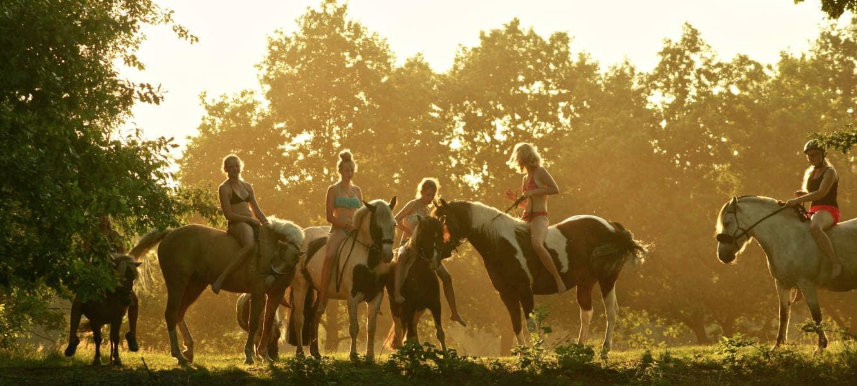 Kinder reiten auf ihren Pferden ohne Sattel auf dem Gruppenfoto Reiterhof Severloh