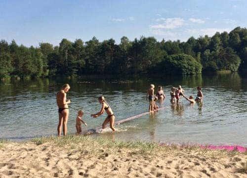 Kinder spielen im Badesee vom Reiterhof Severloh