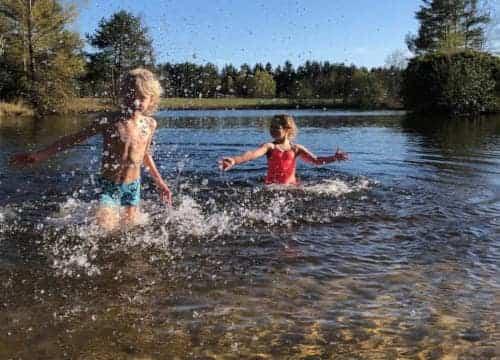 Kinder spielen im Badesee Wasser vom Ferienhof Severloh