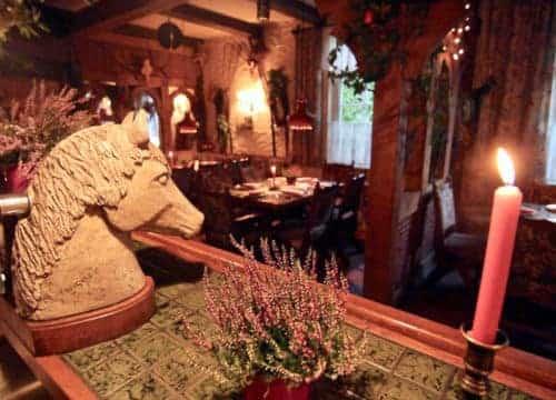 Kneipe am Haupthaus mit Pferdekopf-Zapfhahn von innen bei Kerzenschein