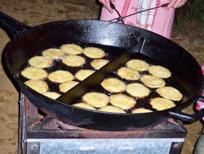 Kartoffelpuffer braten in einer riesigen Pfanne, Gastronomie Event auf dem Ferienhof