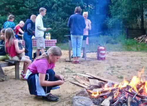 Kind sitzt am Lagerfeuer bei einem Event auf dem Ferienhof Severloh
