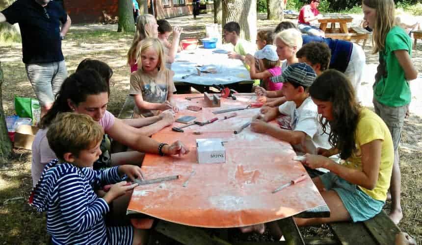 Speckstein raspeln, Kinder am Tisch am Strand des Ferienhofs Severloh