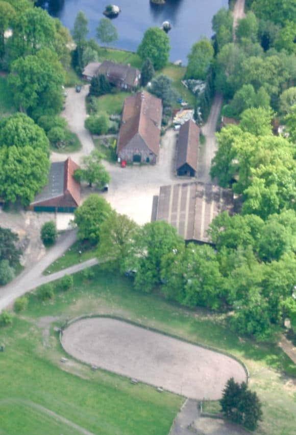 Ein Luftbild von der Ferienhof Mitte und dem Reitplatz