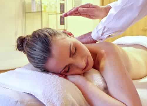 Frau genießt eine Wellness Massage auf dem Ferienhof Severloh im Reiturlaub