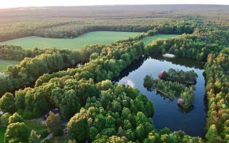 Luftbild über den Badesee | Angelsee und Felder vom Reiterhof Severloh