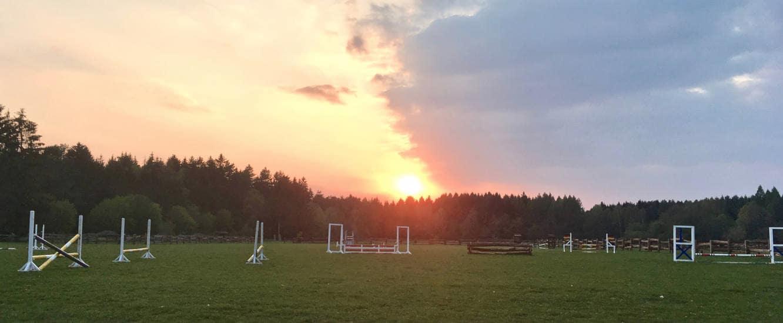 Der Springplatz im Sonnenuntergand auf dem Reiterhof Severloh in der Lüneburger Heide