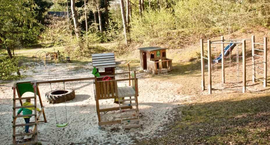 Kinderspielplatz mit Turngerüst für den Reiturlaub auf dem Ferienhof Severloh
