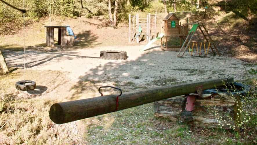 Wippe und Schaukeln auf dem Spielplatz des Ferienhofes Severloh